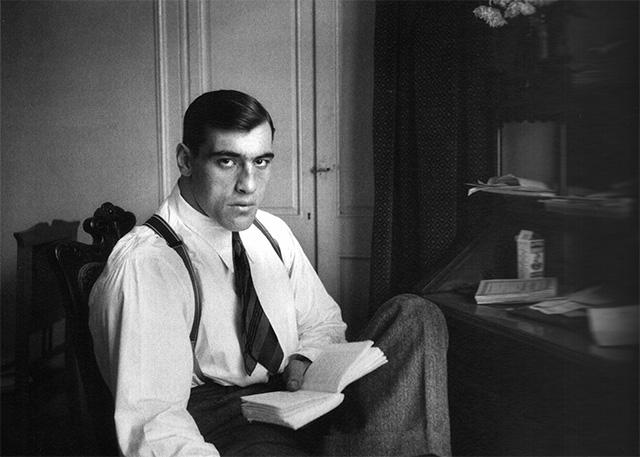 Retrato del boxeador ilaiano Prim9o Carnera leyendo en su habitación. Barcelona, 28 de noviembre de 1930. Foto de Luís Ramón Marín