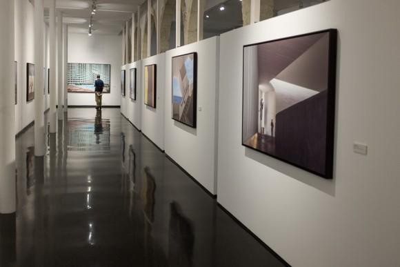 """Visitante de la exposición """"Closer"""" de José María Mellado"""