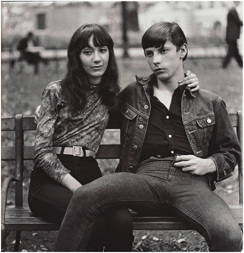 Young couple on a bench in Washington square park (Diane Arbus)