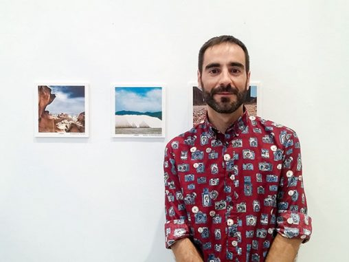 Posando con la foto que ganó el tercer premio del concurso de Instagram del Museo de Almería 2016
