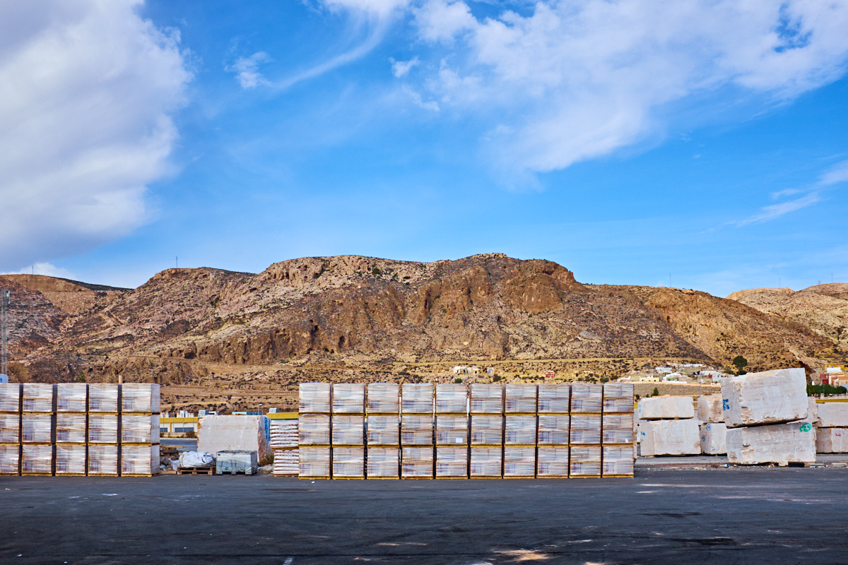 Foto 4 del puerto de Almería: Esatdos diferenciados (montaña y piedras)