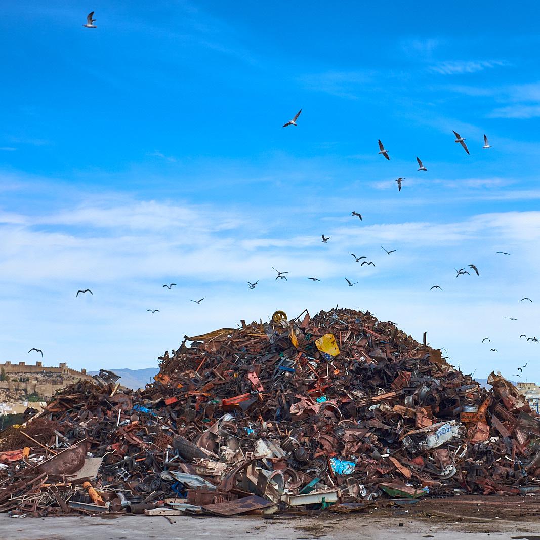 Foto 8 del puerto de Almería: La gran montaña de chatarra
