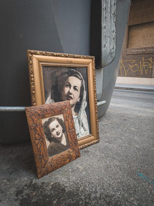 Retratos de una señora encontrados abandonados junto a un contenedor en Almería