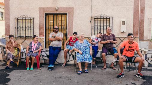 Un grupo de personas posa para una foto en las calles de La Chanca Pescadería