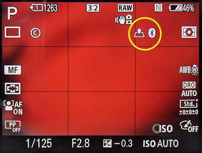 Iconos que nos indican que ya podemos geoposicionar fotos en una Sony A7 con el móvil