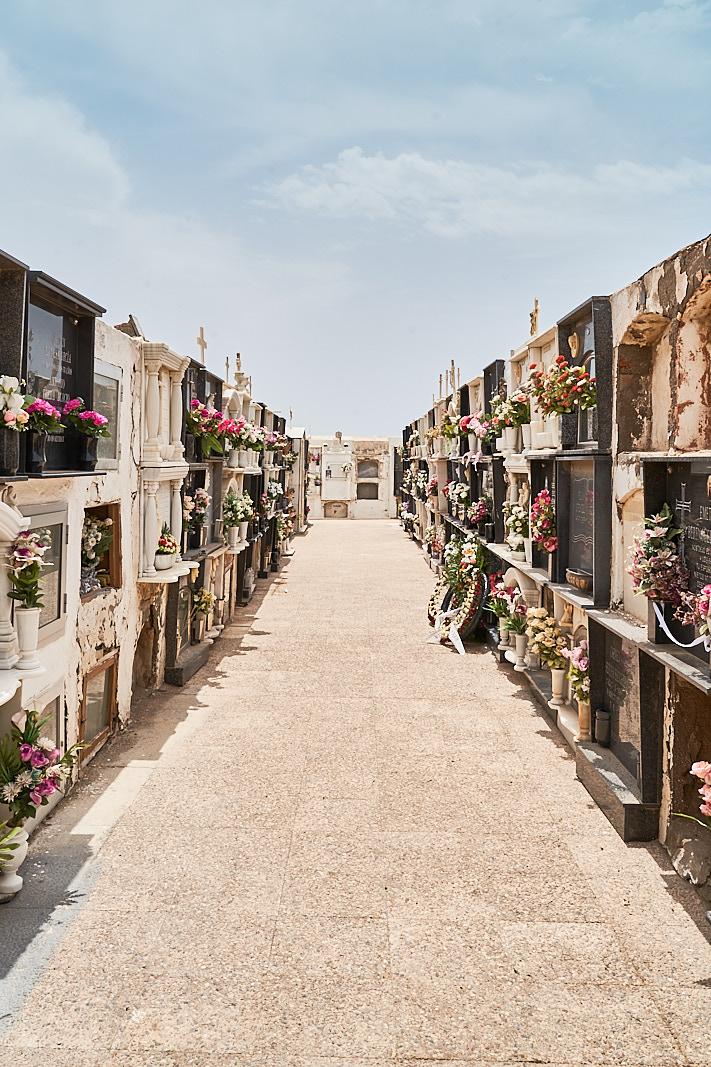 Cementerio de Cabo de Gata: Entre nichos
