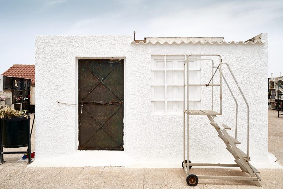Puerta y escalera