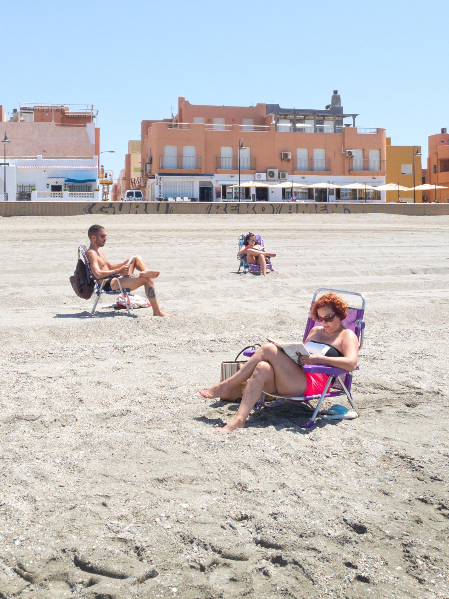Tres lectores en la playa de San Miguel de Cabo de Gata.