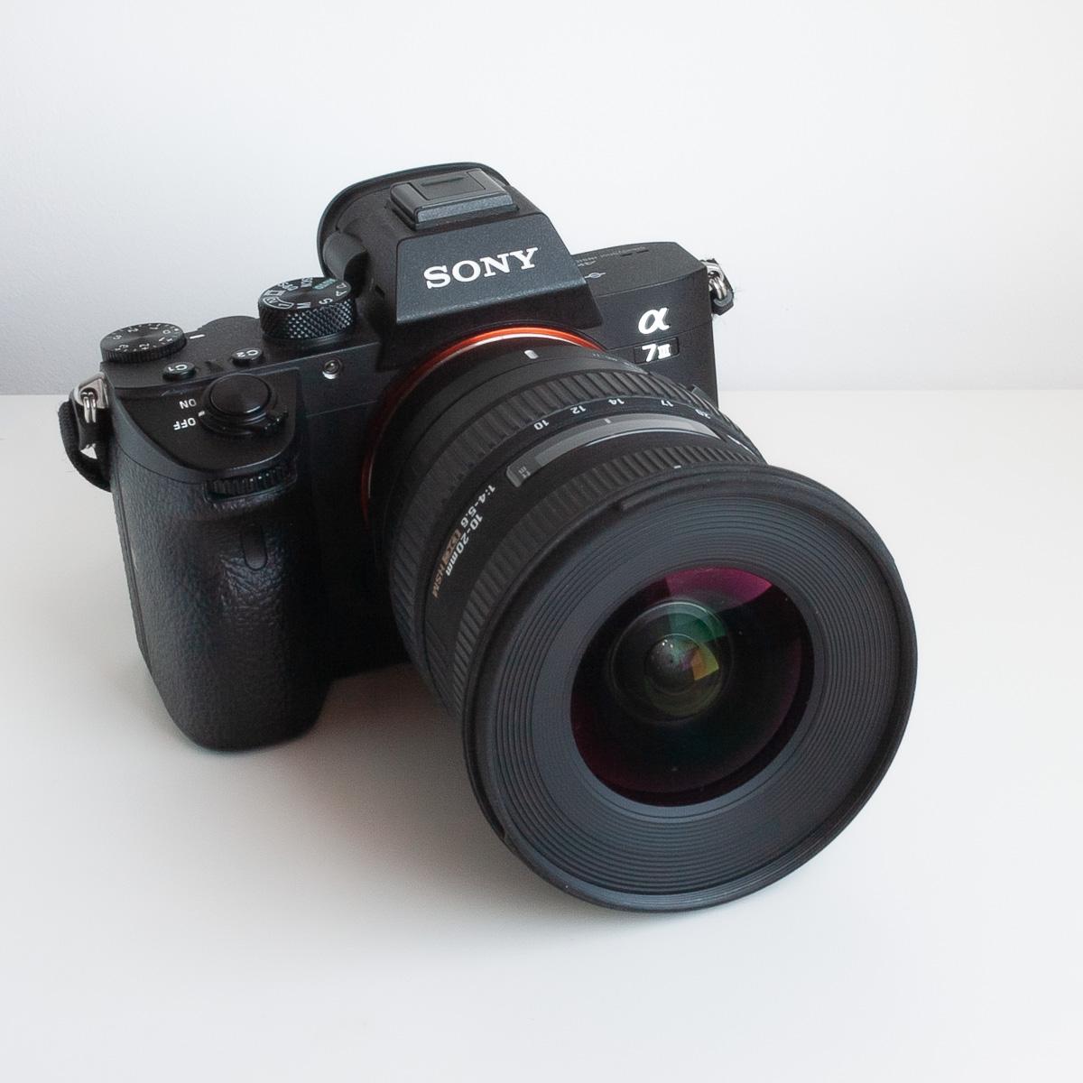 Adaptador Sigma MC-11 montado en una Sony A7 III y la lente Sigma 10-20mm f4-5.6