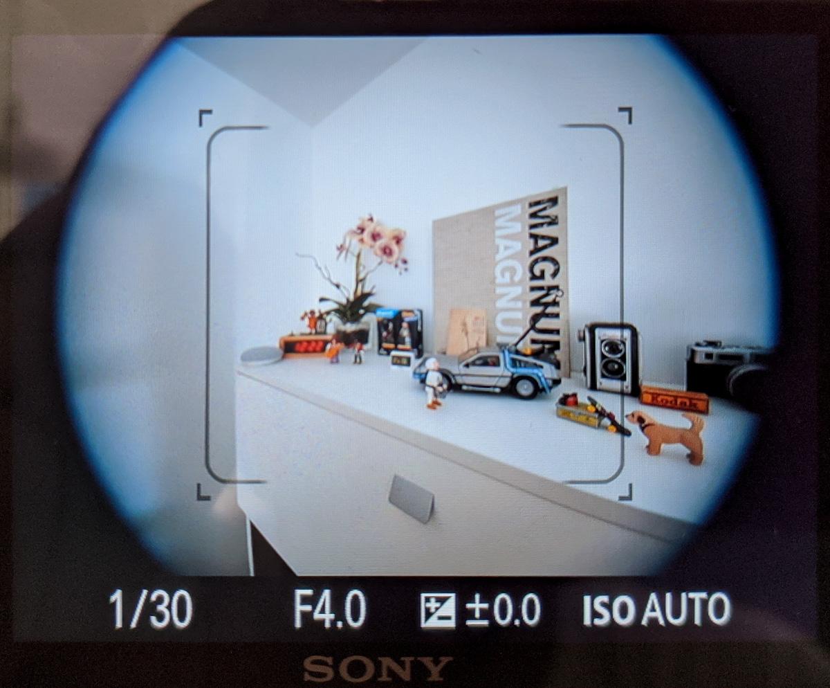 Sony A7 III con adaptador Sigma MC-11 y una lente APS-C con el modo recorte desactivado.