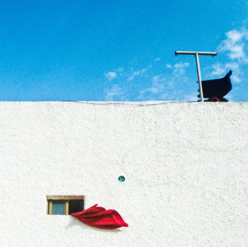 Foto de una toalla roja al viento