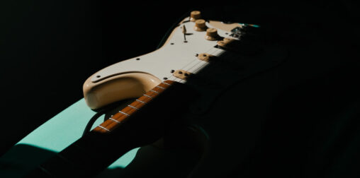 Mi guitarra descansando entre sombras
